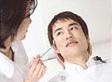 診療、歯の色を確認